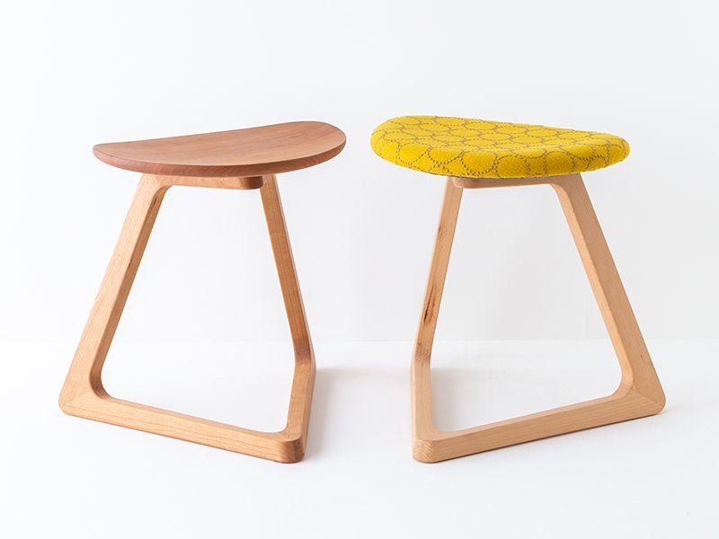 板座と布張りの椅子