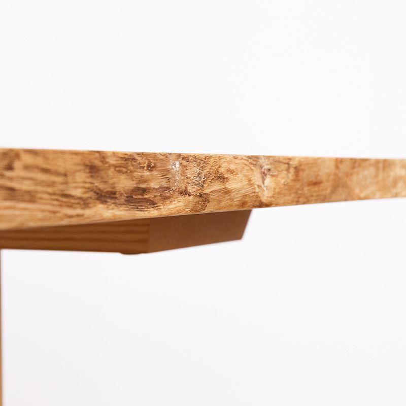 耳を残しているテーブル