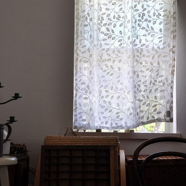 刺繍の入った白いリネンカーテン