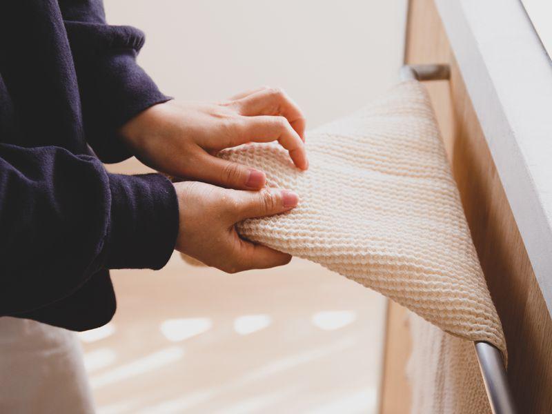 タオルで手を拭くところ