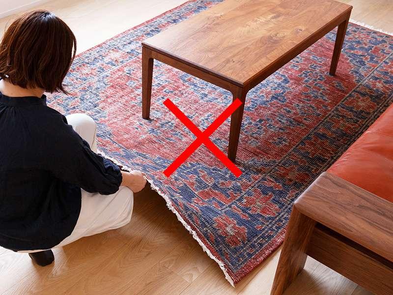 【オリジナルラグ】リバースシリーズ テーブルを置いたまま横から引っ張っている様子