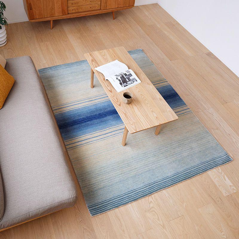 オリジナルラグ 水平線(ブルー) ER6177B リビングでテーブルを置いて使用するイメージ
