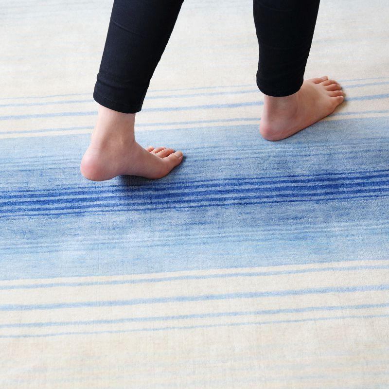 オリジナルラグ 水平線(ブルー) ER6177B 素足で歩いている様子