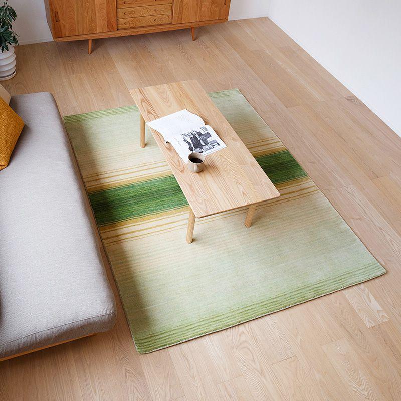オリジナルラグ 新緑の森(グリーン) ER6177G リビングでテーブルを置いた時のイメージ