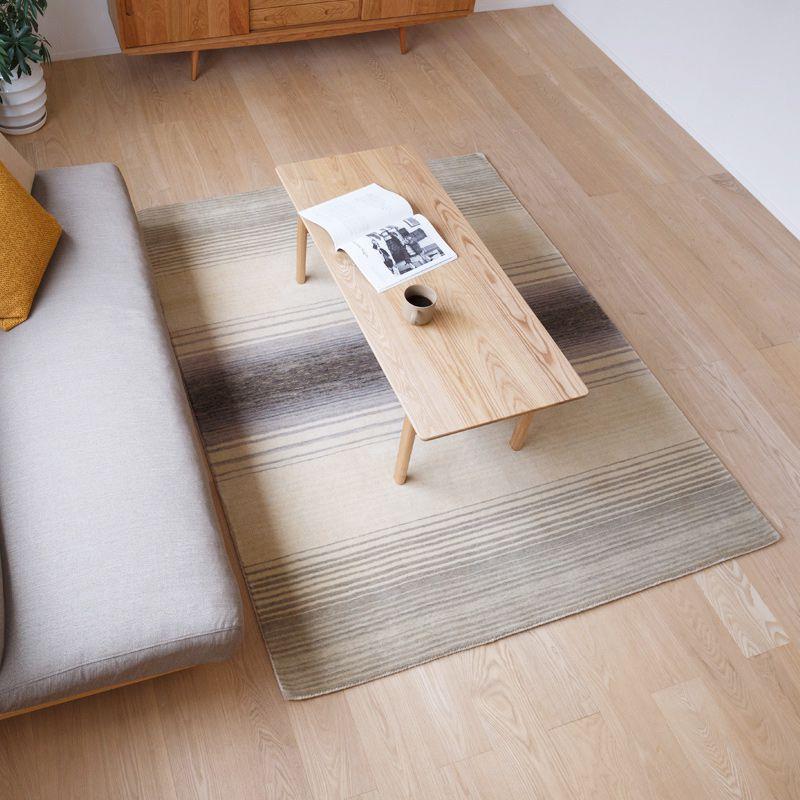 オリジナルラグ 雪原(グレー) ER6177W リビングでテーブルを置いて使用するイメージ
