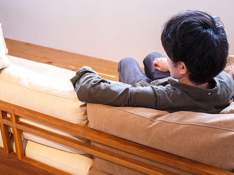 ソファに座っている男性