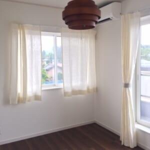 壁とカーテンの色を合わせる