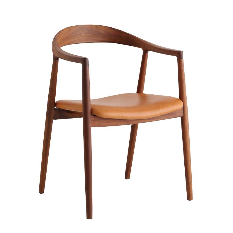 風にはためく椅子