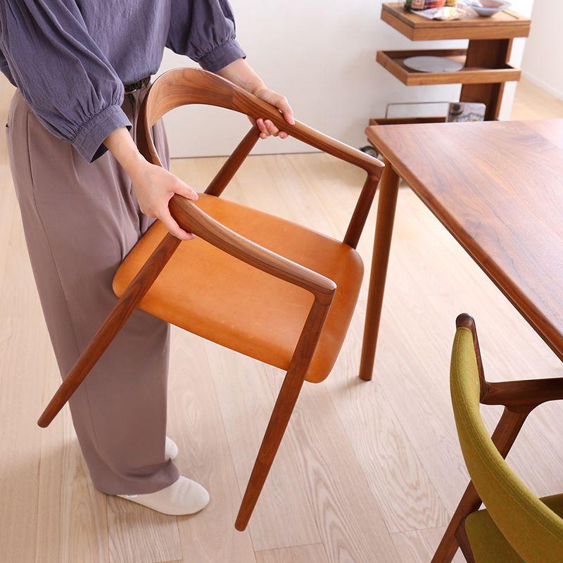 椅子を持っている様子