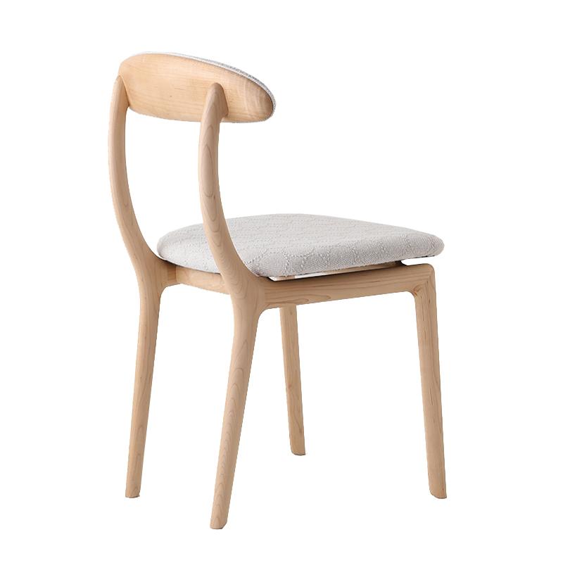 丸みのある背もたれの椅子