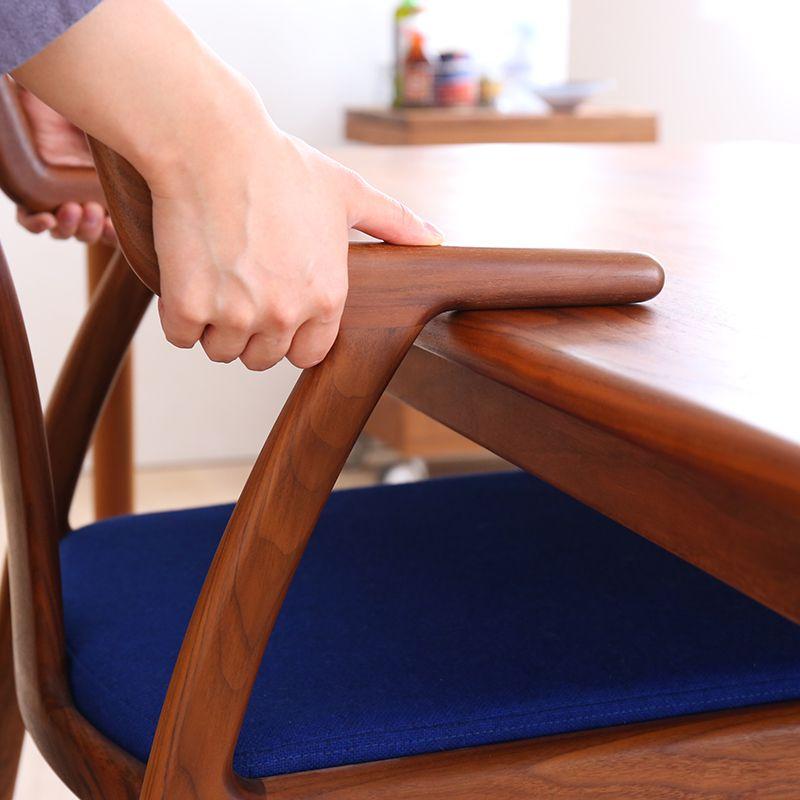 テーブルに椅子を引っかけている様子
