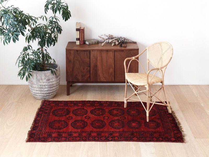 ヴィンテージラグ 1970年 アフガントルクメン族 ORe-2009005 椅子と合わせたイメージ