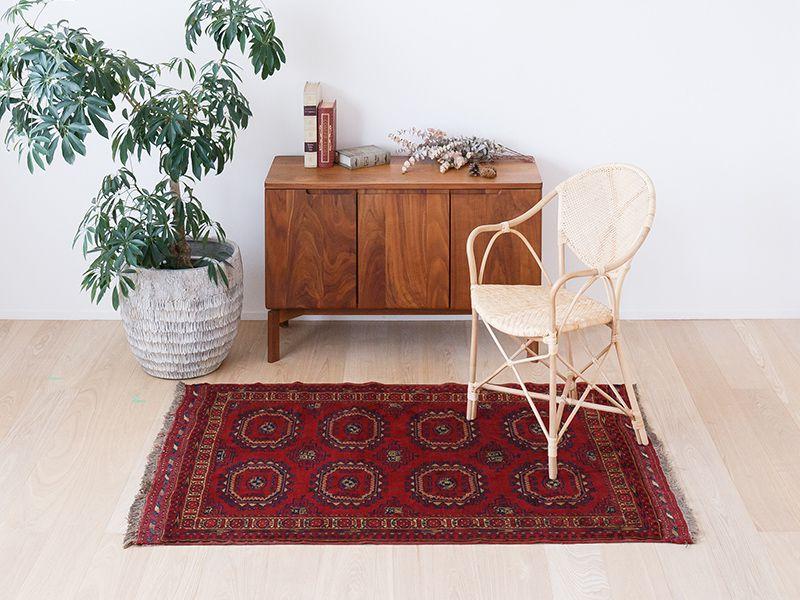 ヴィンテージラグ 1980年代 アフガントルクメン族 ORf-2009006 椅子と合わせたイメージ