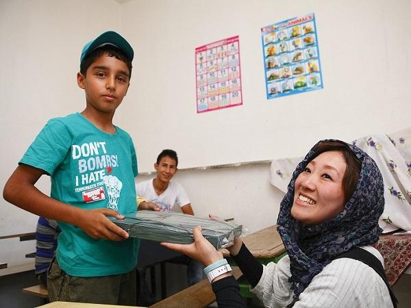 子供たちの支援活動 文房具をプレゼント