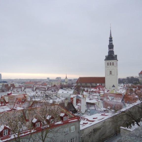 雪景色のエストニア タリンの旧市街