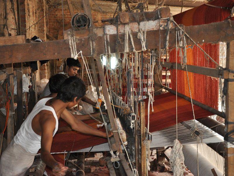 手仕事絨毯 手機織りの様子
